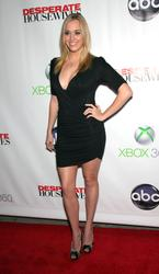 http://img219.imagevenue.com/loc1081/th_932399296_AndreaBowen_DesperateHousewives_SeriesFinaleParty_7_122_1081lo.jpg